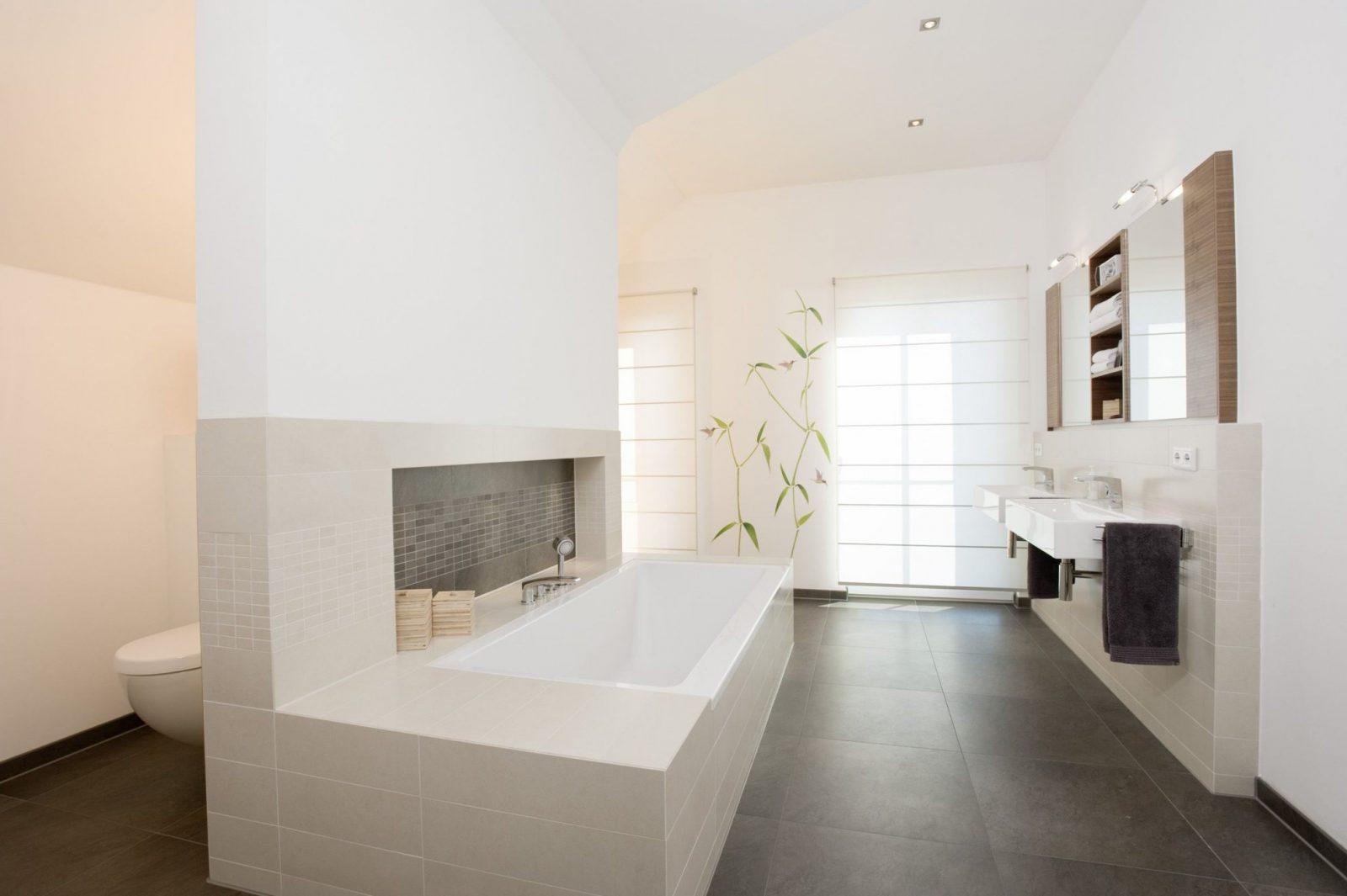 Großzügiges Bad In Modernem Holzhaus Holzhaus Holz Bad Fliesen von Fliesen Holzoptik Bad Hell Bild