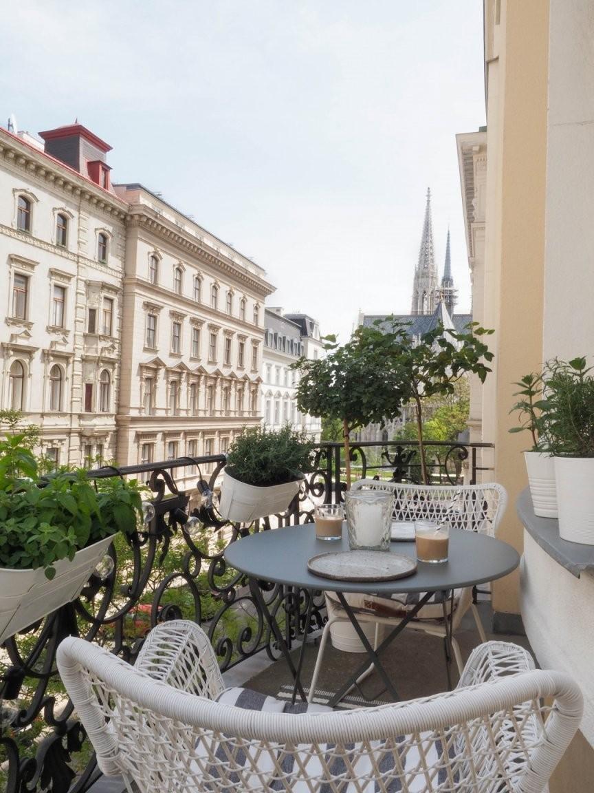 Grüner Stadtbalkon  Stylingideen Für Einen Kleinen Balkon von Balkon Ideen Kleiner Balkon Photo