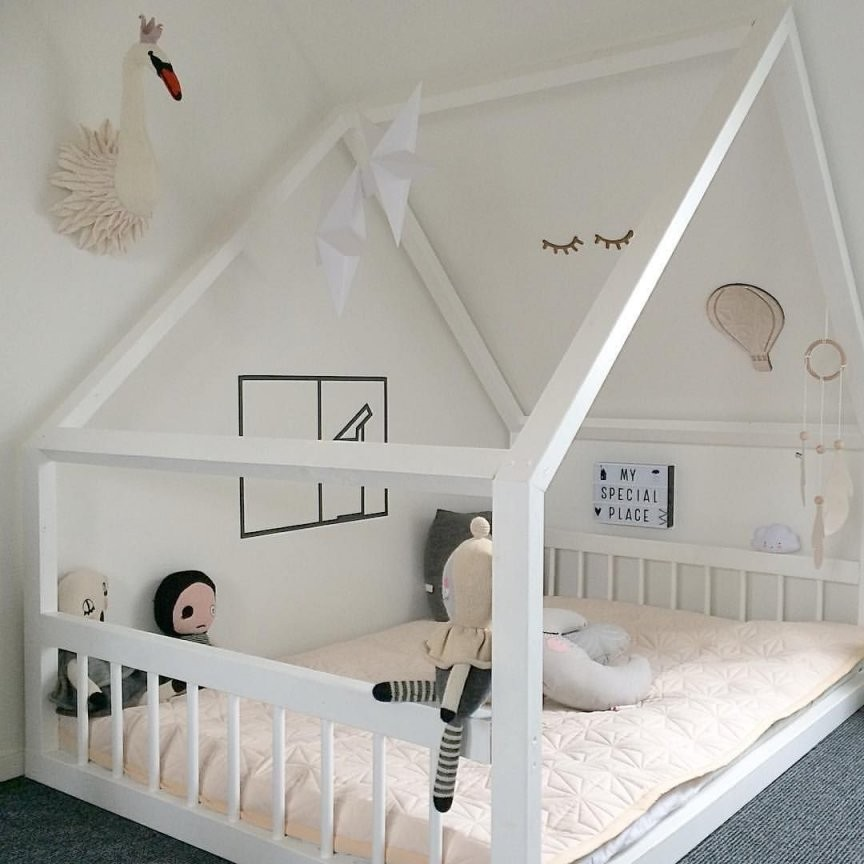 In Love With This House Bed And Those Longlashed Eyes On The Wall von Kleines Kinderzimmer Mit Dachschräge Bild