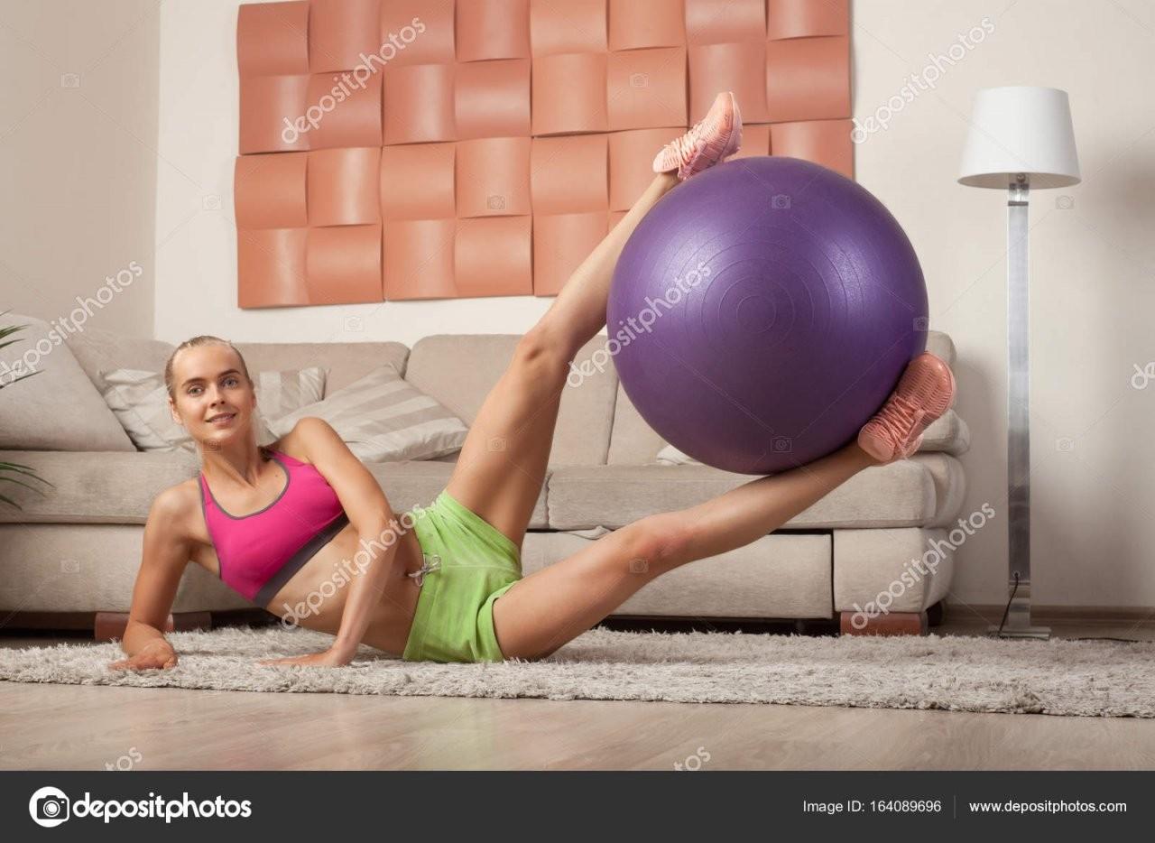 Junge Sportliche Frauen Doin Aerobic Zu Hause — Stockfoto © Schum45 von Aerobic Für Zu Hause Photo