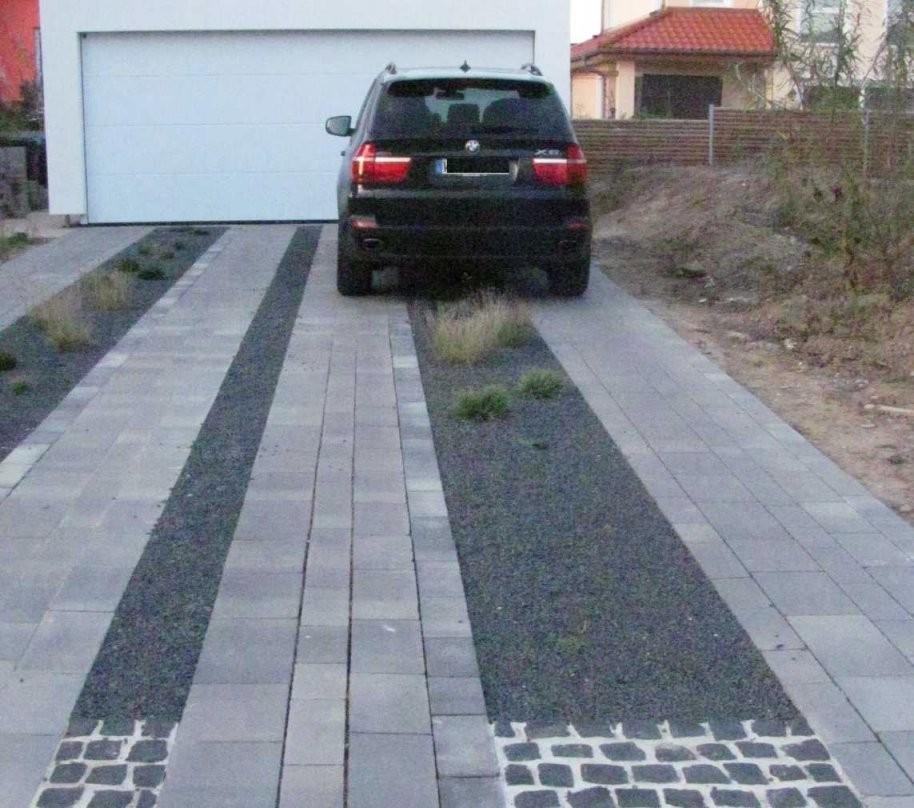 Kies In Der Einfahrt  Wohndesign Und Innenraum Ideen von Garagenzufahrt Gestalten Mit Kies Oder Schotter Bild