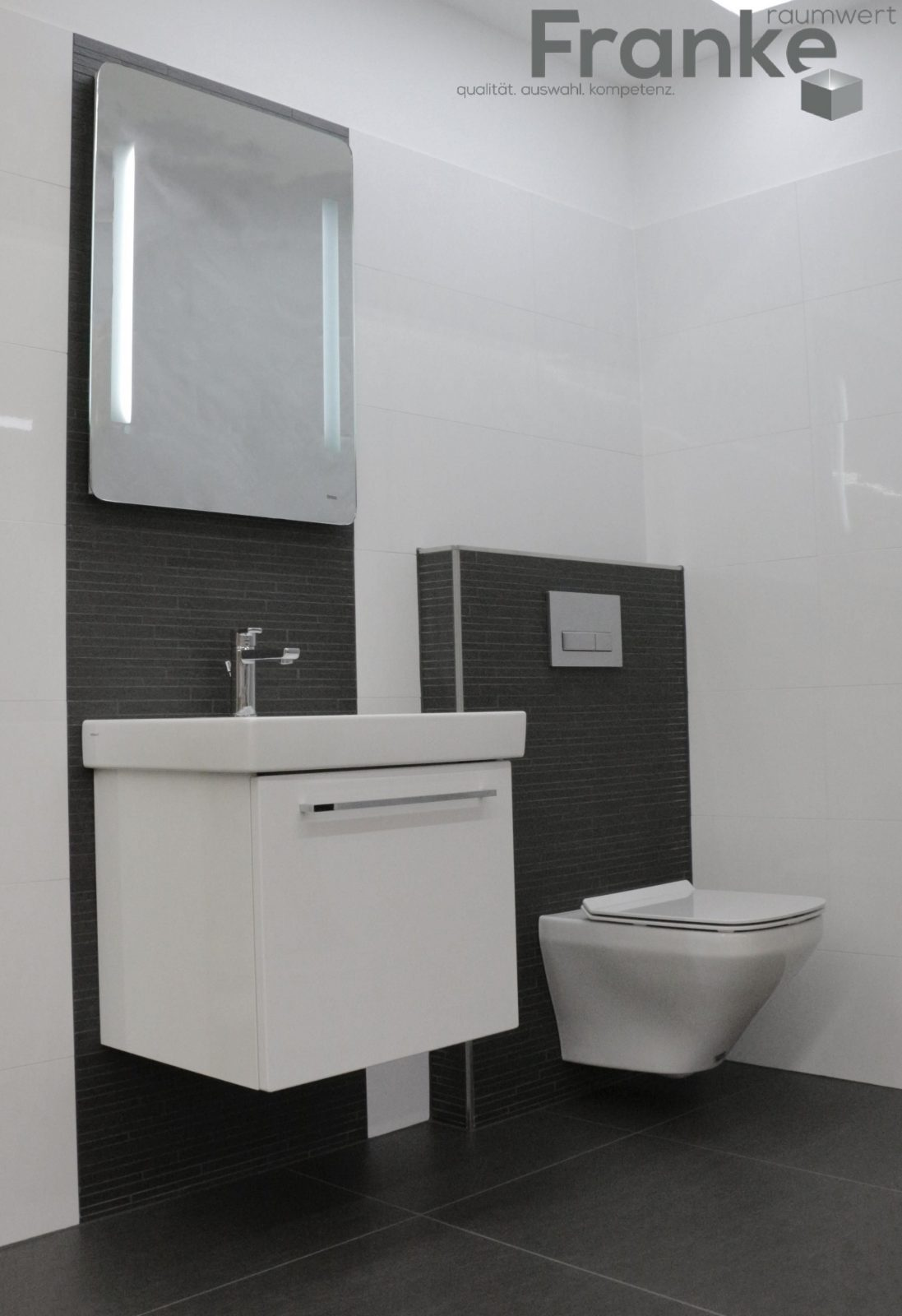Klassischer Schwarzweiß Look Zeitgemäß Und Langlebig Weiß von Bad Grau Weiß Gefliest Photo