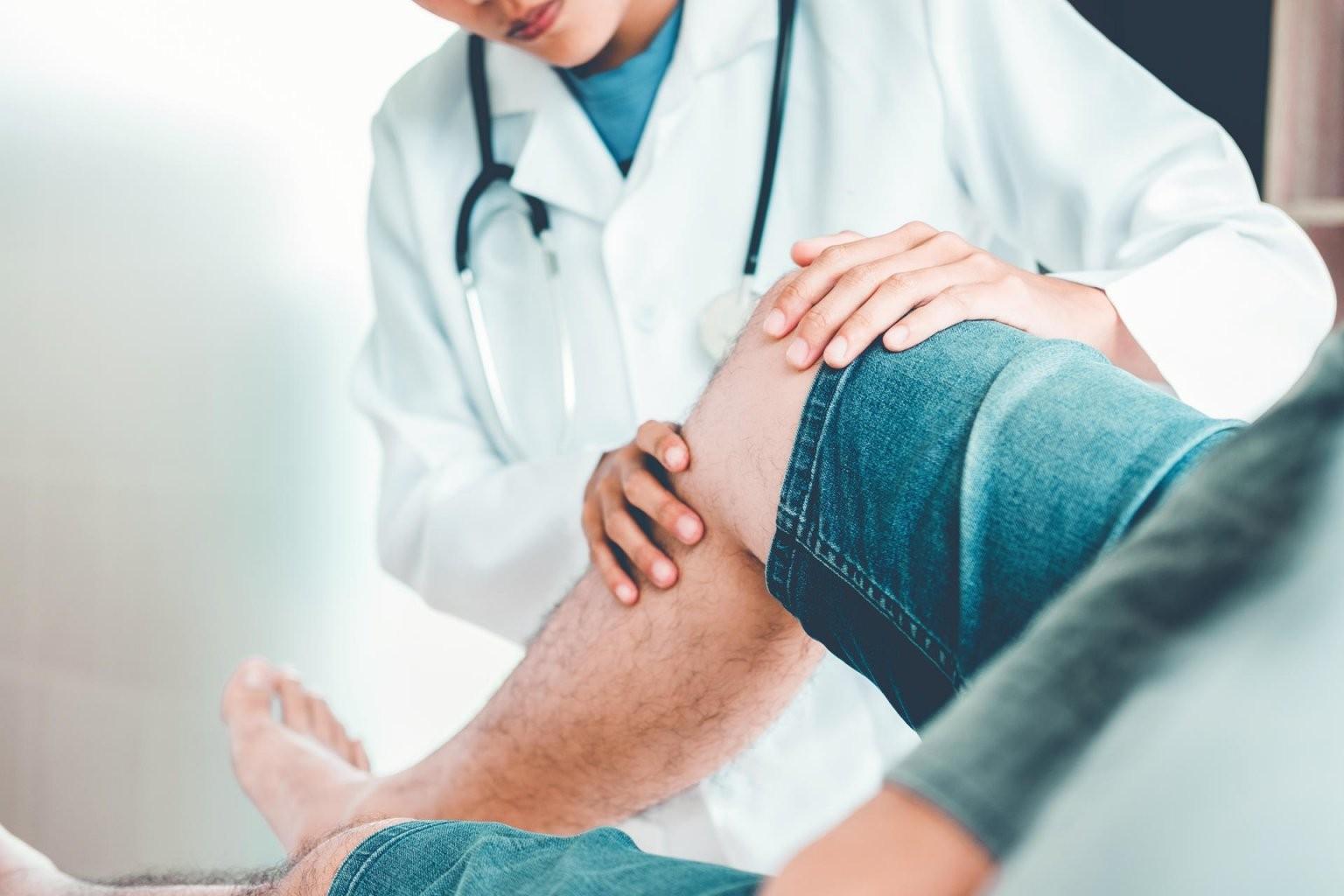 Knacken Und Knirschen Im Knie Das Können Ursachen Für Die Geräusche von Knieschmerzen Beim Treppen Runtergehen Photo