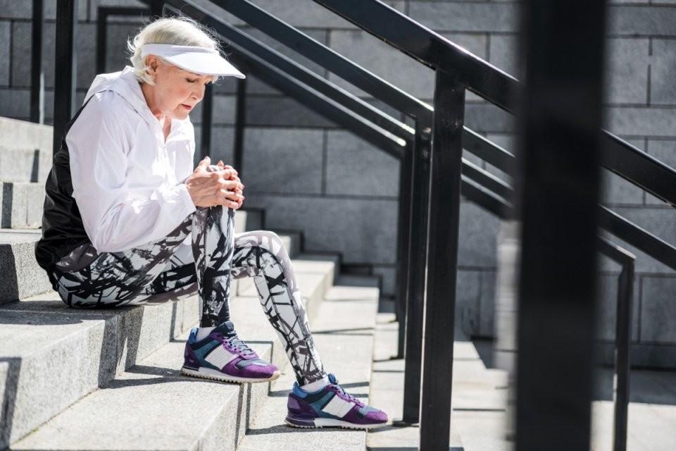 Knieschmerzen Beim Beugen  Treppensteigen Das Hilft  Bildderfrau von Knieschmerzen Beim Treppe Runter Photo