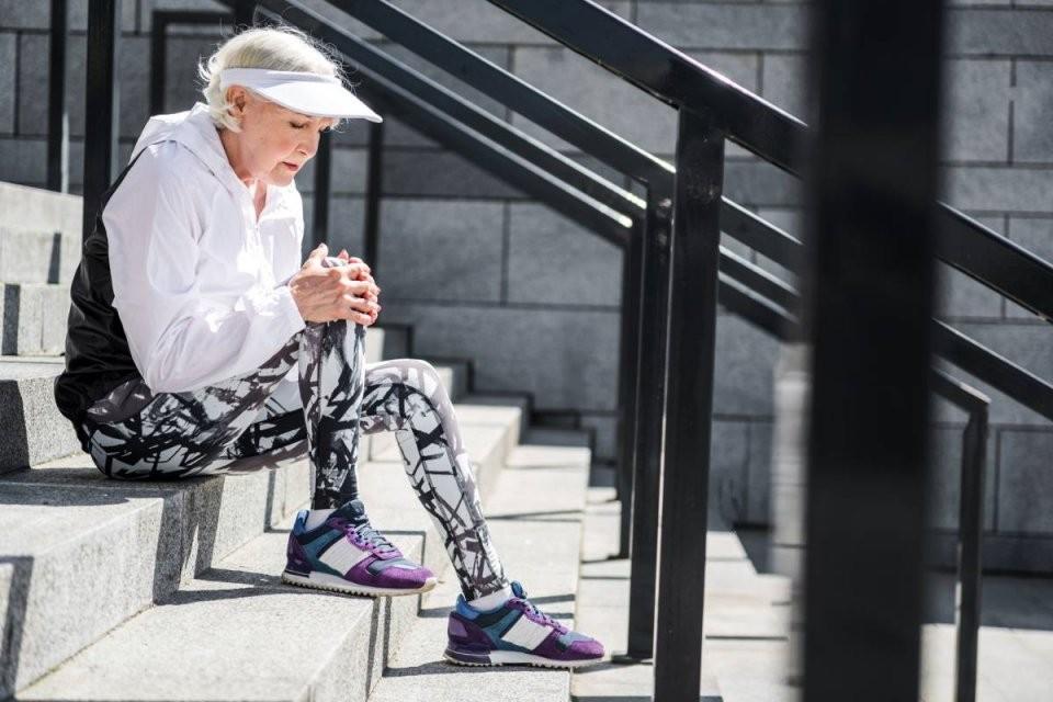 Knieschmerzen Beim Beugen  Treppensteigen Das Hilft  Bildderfrau von Knieschmerzen Beim Treppen Runtergehen Bild