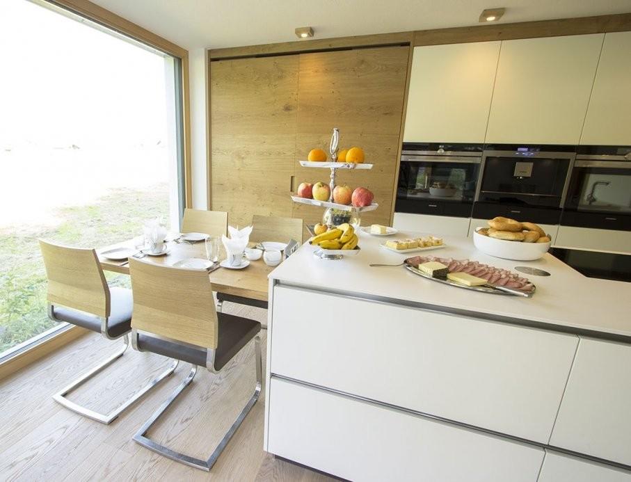 Küche Mit Integriertem Essplatz Der Essplatz Für Vier Personen Ist von Küche Mit Kochinsel Und Tisch Bild