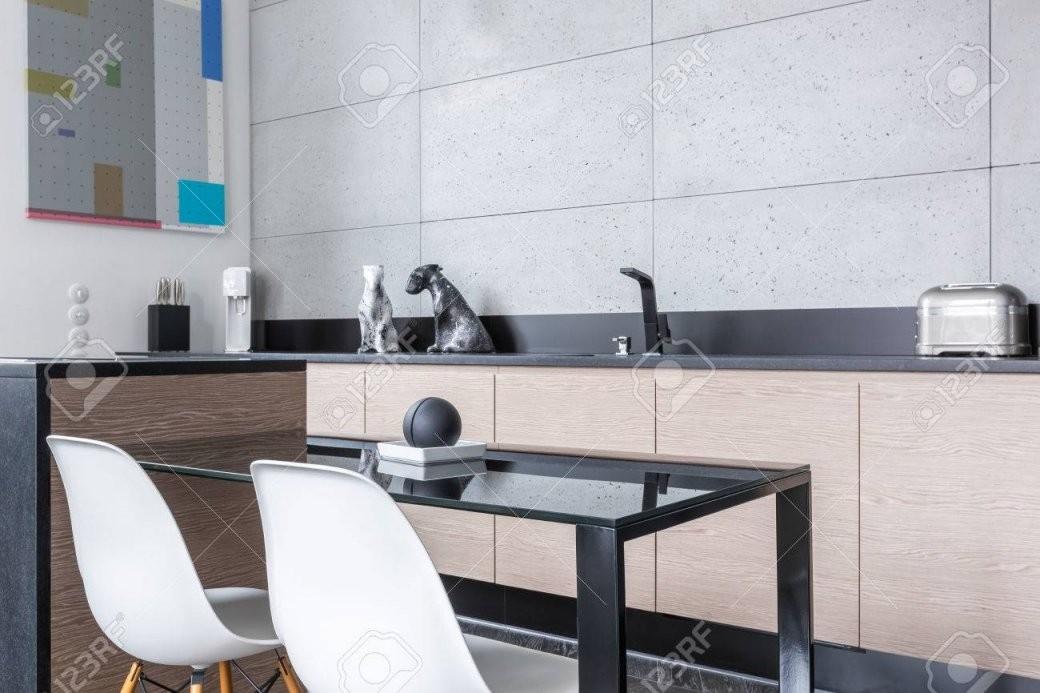 Küche Mit Kochinsel Einfachen Tisch Weiße Stühle Lange von Küche Mit Kochinsel Und Tisch Photo