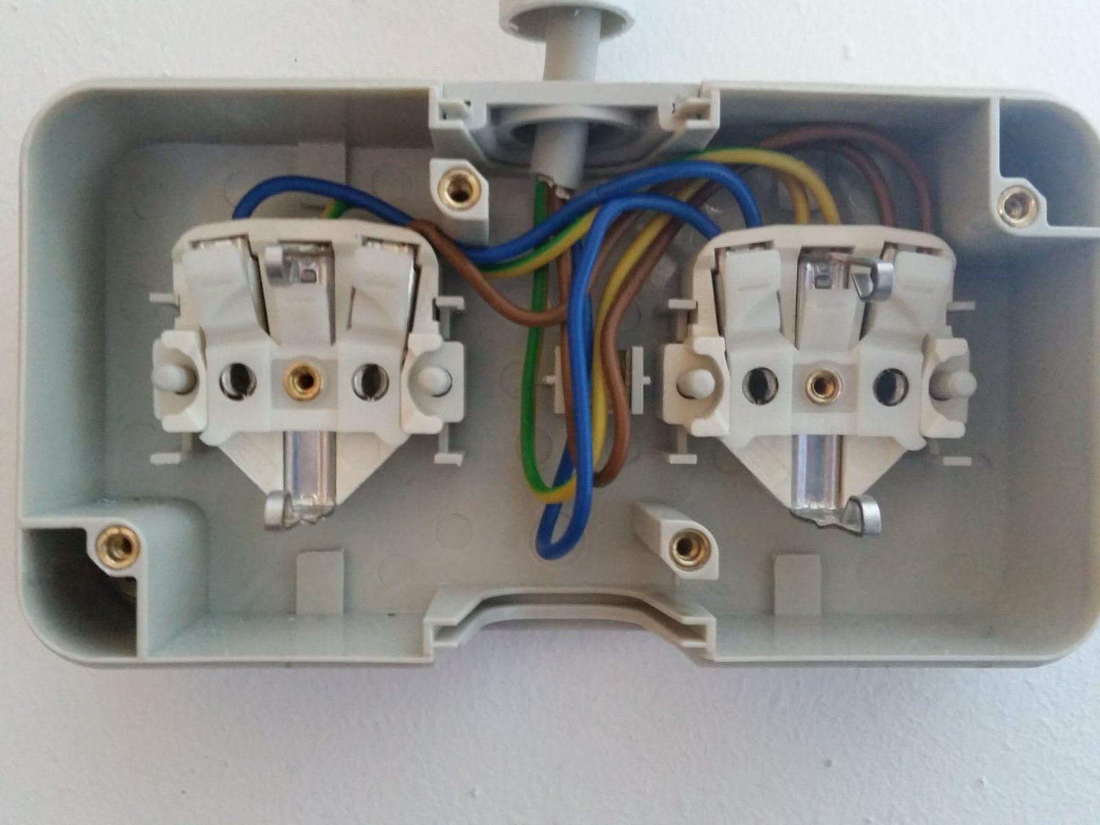 Lichtschalter Anschließen  Lichtschalter Installieren  Schalter von Steckdose An Lichtschalter Anklemmen Photo