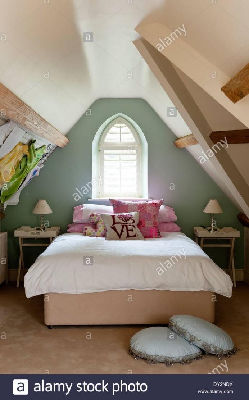 Mädchen Schlafzimmer Dachgeschoss Mit Schrägen Wänden Und Gewölbte von Bilder An Schrägen Wänden Photo