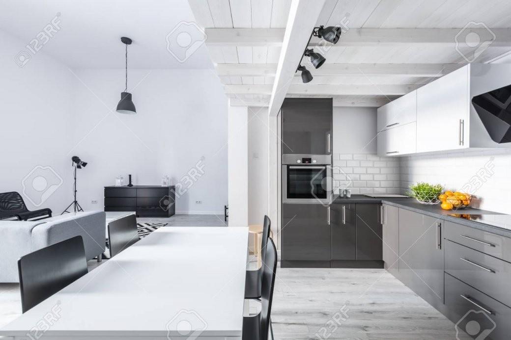 Moderne Möbliert Loftwohnung Mit Offener Küche Und Wohnzimmer von Moderne Wohnzimmer Mit Offener Küche Bild