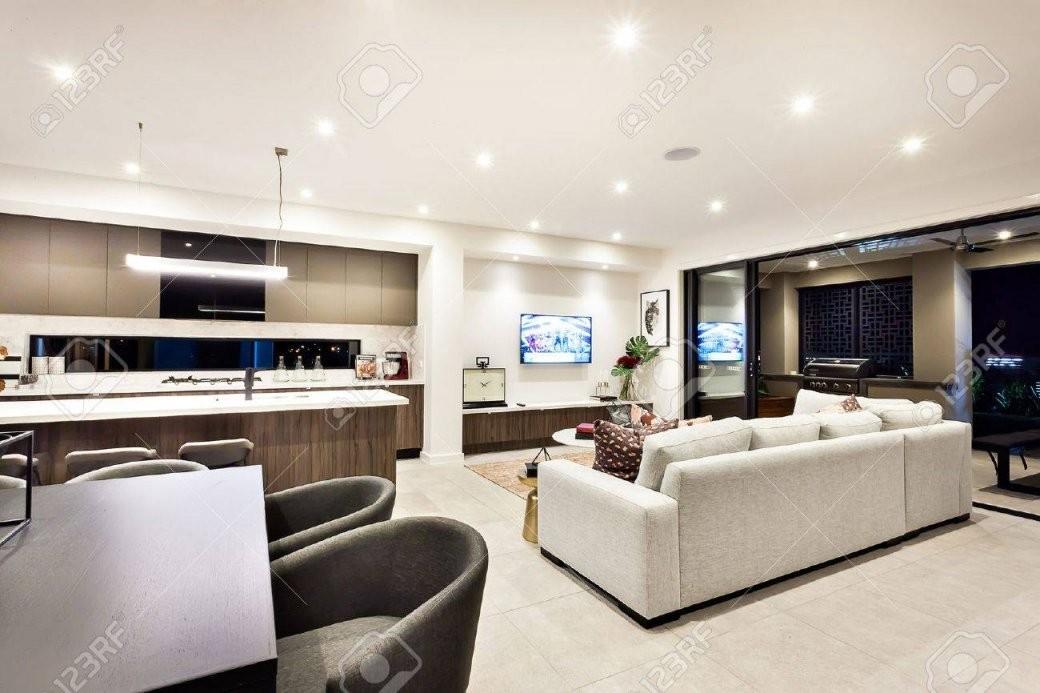 Moderne Wohnzimmer Mit Fernseher Und Sofas Und Kissen Neben Einem von Modernes Wohnzimmer Mit Essbereich Bild