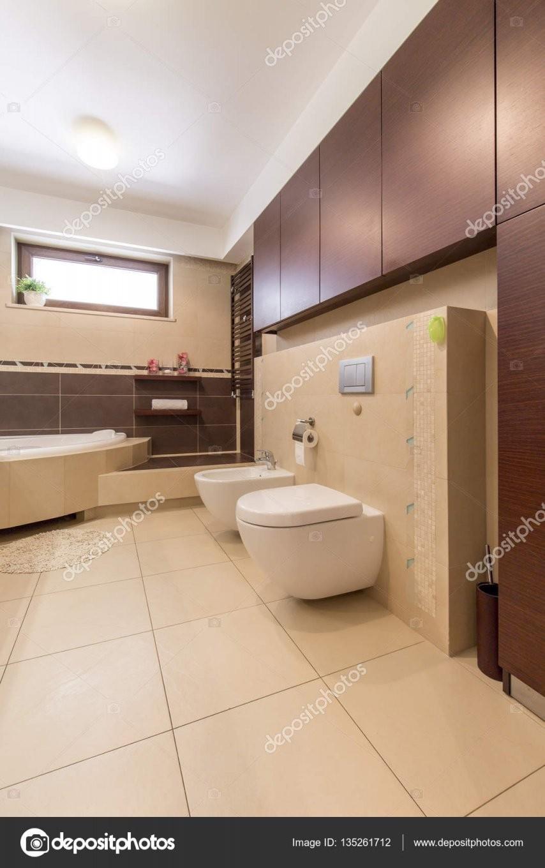 Modernes Bad Mit Beige Fliesen — Stockfoto © Photographeeeu 135261712 von Moderne Badezimmer Fliesen Beige Photo
