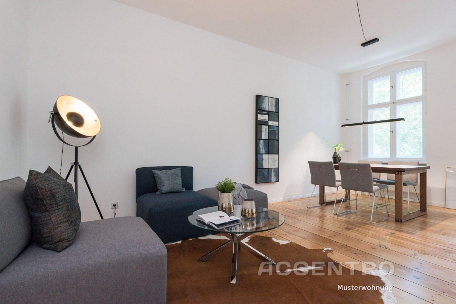 Modernes Wohnzimmer Mit Essbereich Dunkle Wanddeko  Glastisch von Modernes Wohnzimmer Mit Essbereich Photo