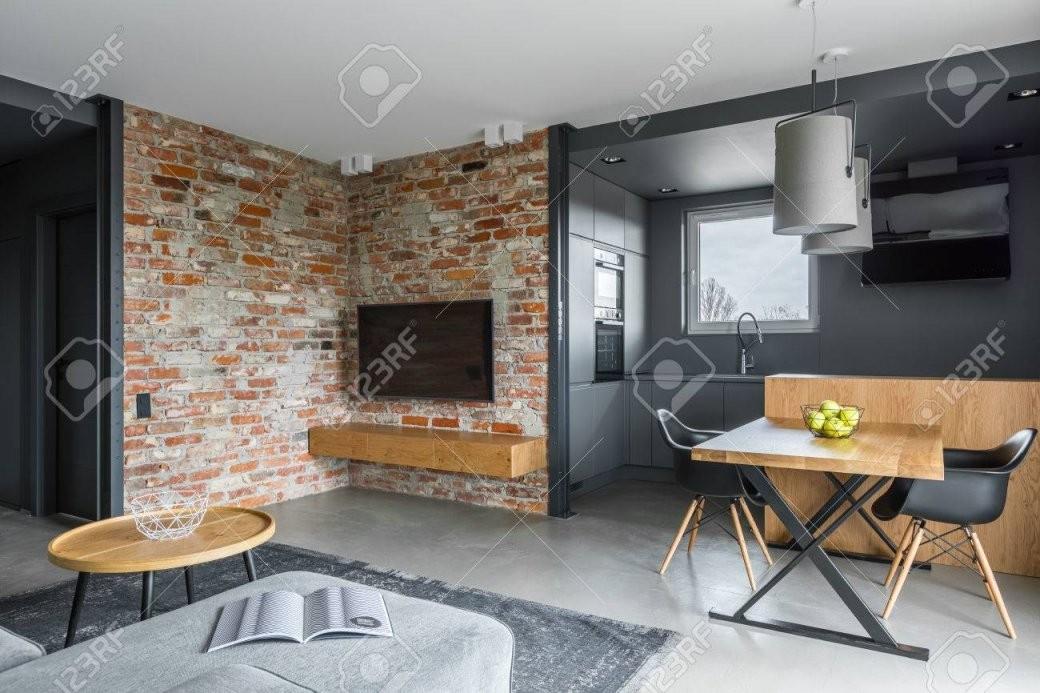 Modernes Wohnzimmer Mit Offener Dunkelgrauer Küche Lizenzfreie von Moderne Wohnzimmer Mit Offener Küche Bild