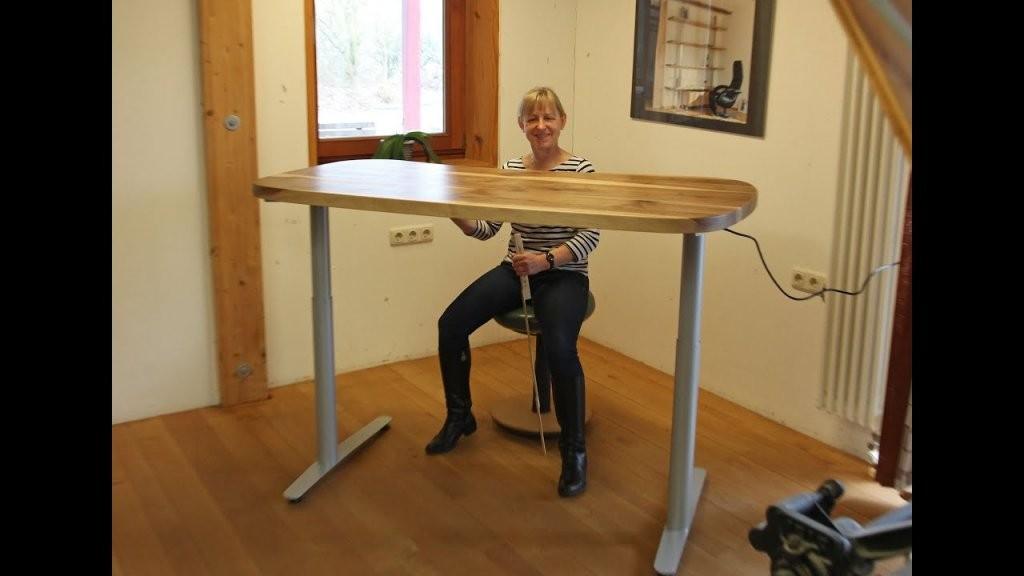 Neue Höhenverstellbare Schreibtische In Nussbaum Und Eiche  Youtube von Höhenverstellbarer Schreibtisch Selber Bauen Bild