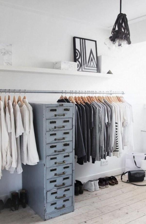 Offener Kleiderschrank  Stahlstange An Der Wand Montiert von Offenen Kleiderschrank Selber Bauen Photo