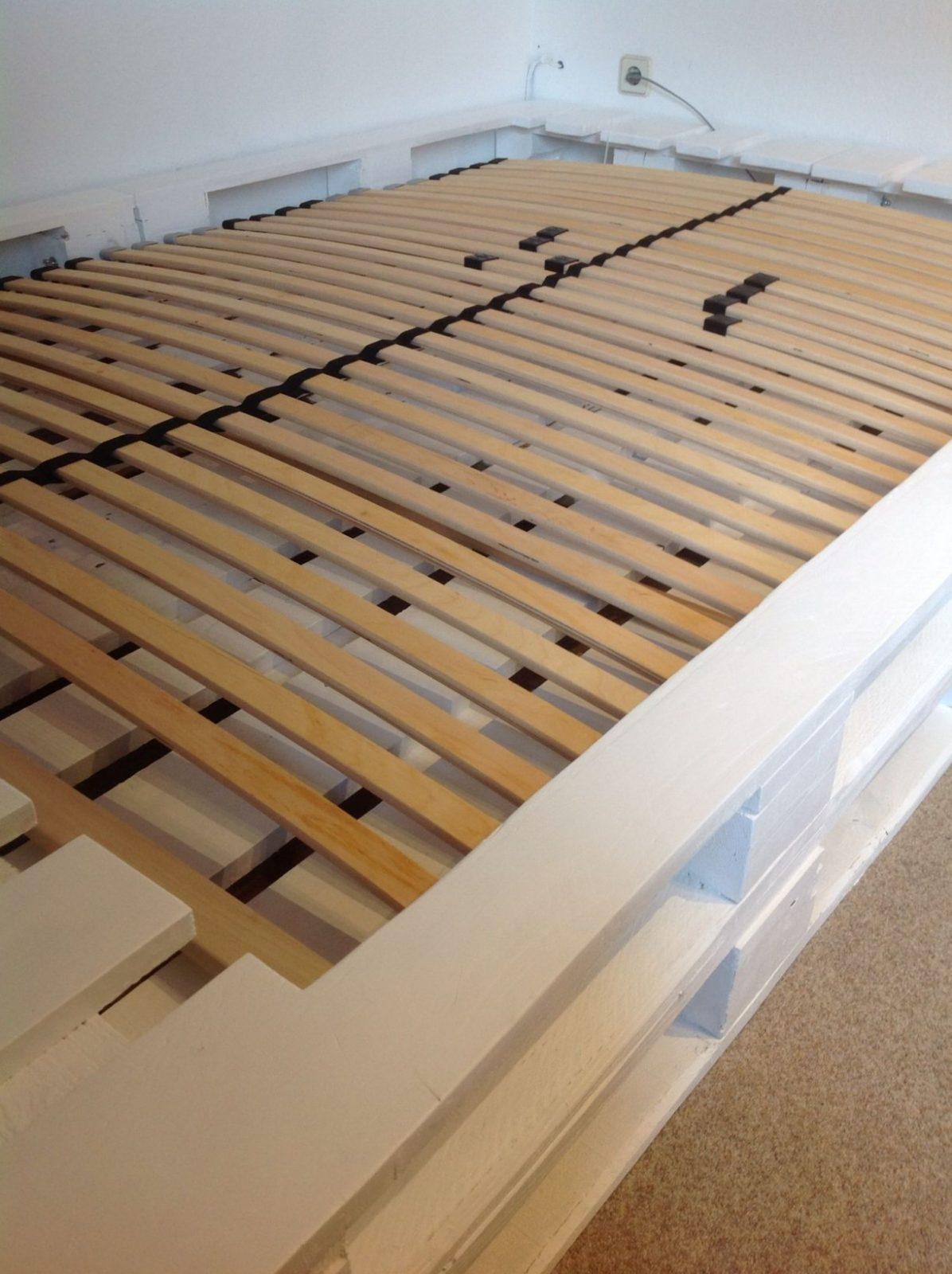Palettenbett Mit Lattenrost In Weiß  Mein Zimmer In 2019 von Europaletten Bett Mit Lattenrost Bild