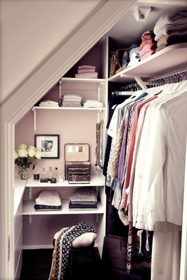 Regale Unter Dachschräge  Kleiner Begehbarer Kleiderschrank von Begehbarer Kleiderschrank Kleines Schlafzimmer Bild