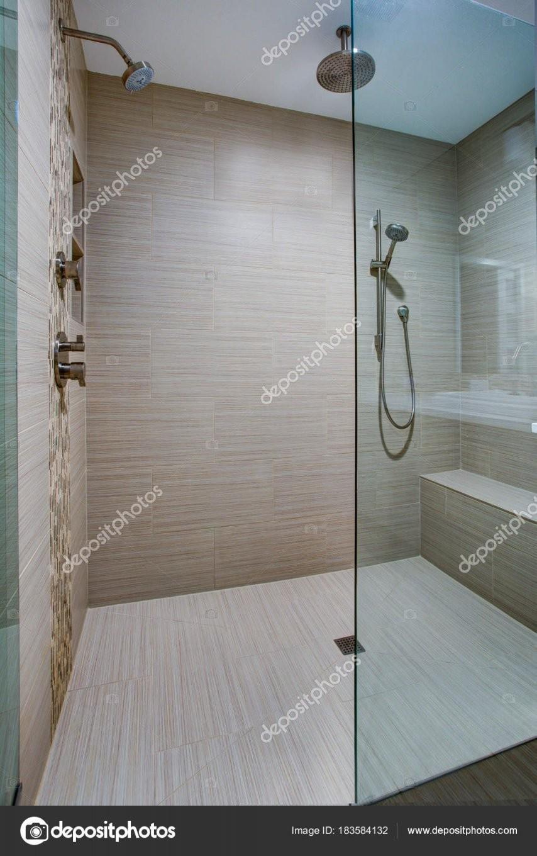 Schicke Begehbare Dusche Mit Integrierter Sitzbank — Stockfoto von Begehbare Dusche Mit Sitzbank Photo