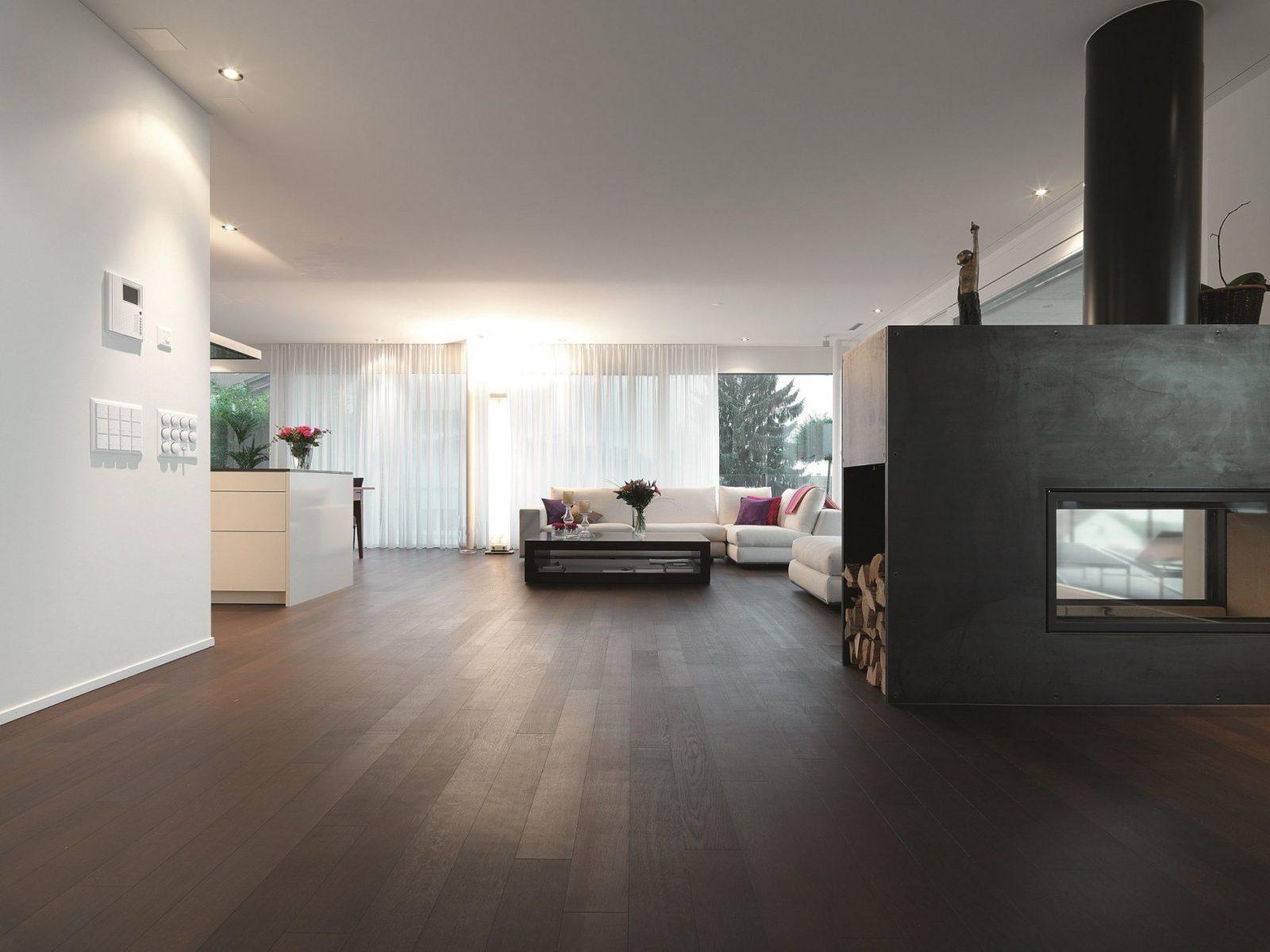 Schöner Kontrast Zwischen Dunkler Eiche Und Weißer Eleganz  Home In von Dunkle Fliesen Wohnzimmer Bilder Photo