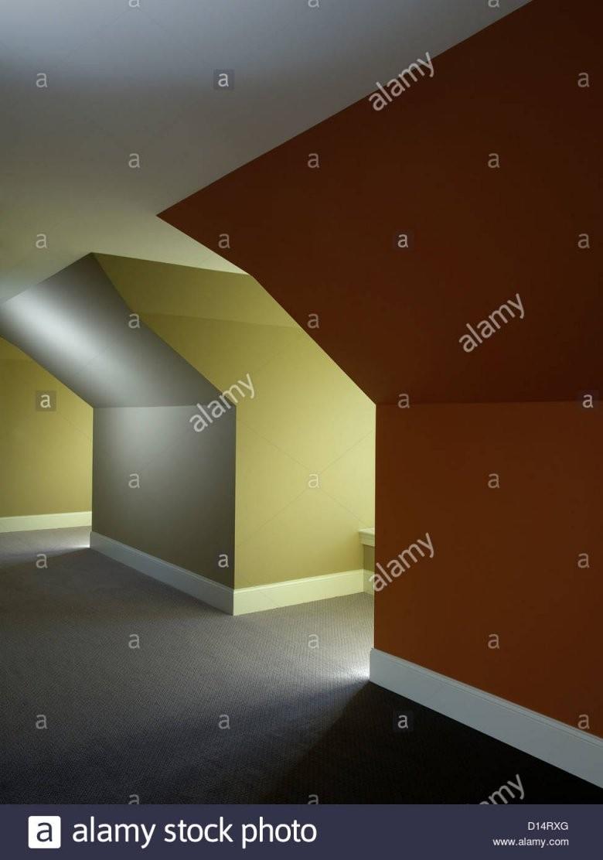 Schrägen Wänden  Decke Dachgauben Stockfoto Bild 52352344  Alamy von Bilder An Schrägen Wänden Bild