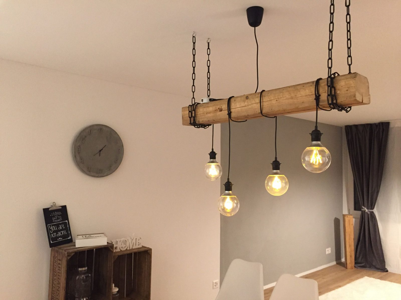 Selfmade Rustikale Lampe Mit Hängenden Glühbirnen Und Holzbalken von Glühbirne Lampe Selber Machen Bild
