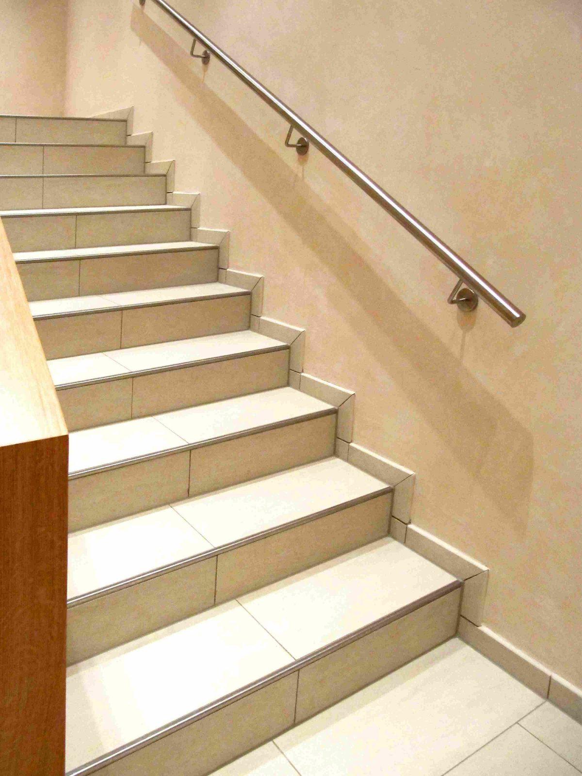 Sockelplatten  Nutzen Und Verlegemöglichkeiten von Treppe An Der Wand Photo