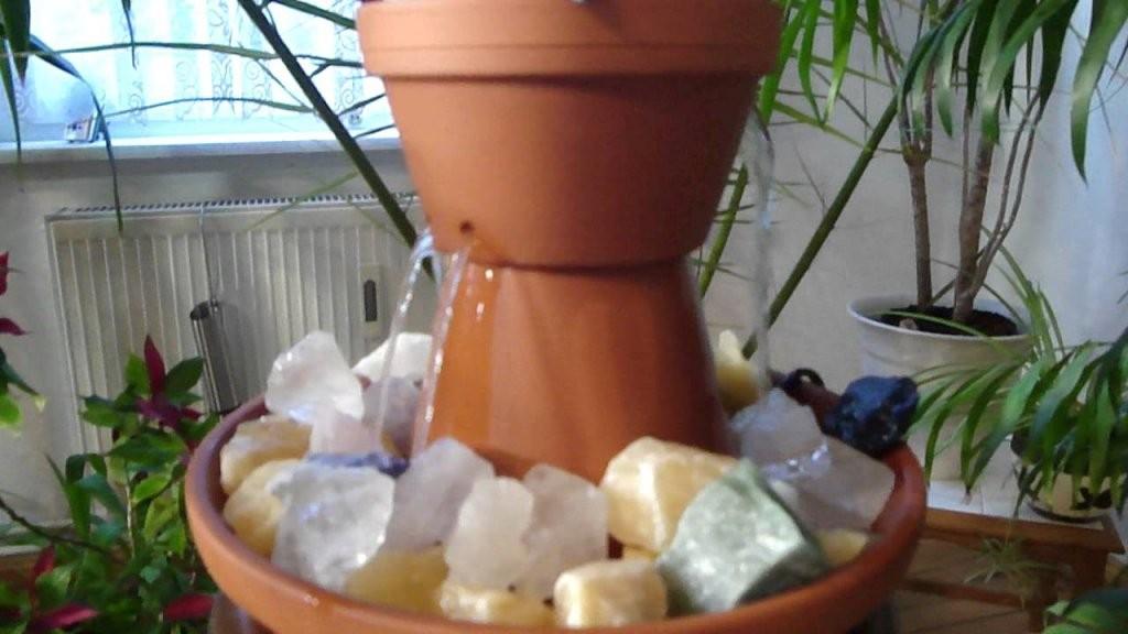 Springbrunnen Selber Bauen Aus Tontöpfen  Raumbefeuchter Diy von Zimmerbrunnen Wasserfall Selber Bauen Bild