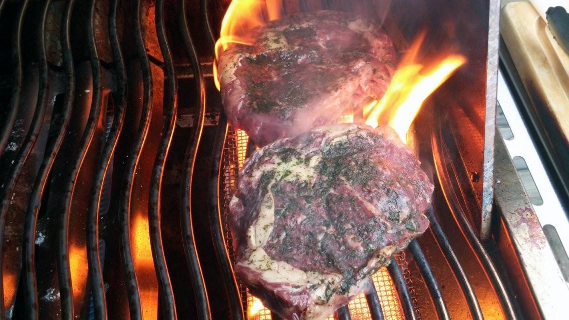 Steaks Vom Weideochsen Über Der Sizzle Meines Napoleon Lex 605 von Napoleon Lex 605 Test Bild