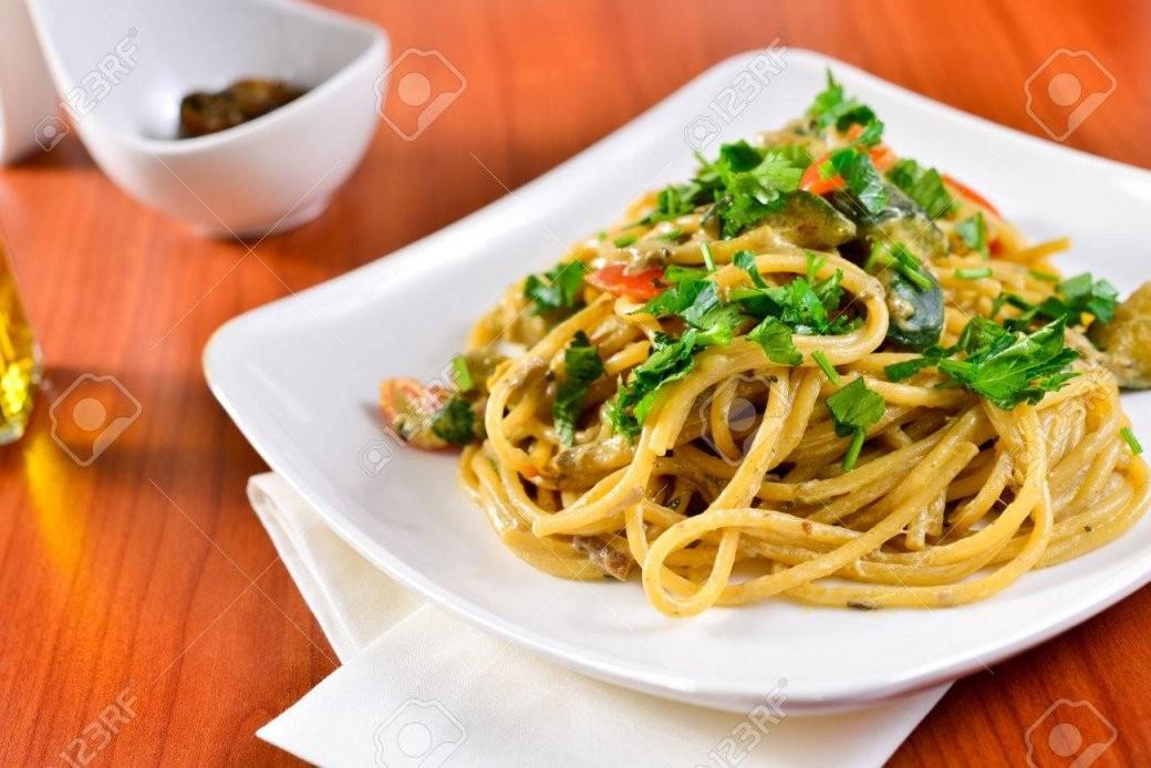 Teller Spaghetti Mit Steinpilzen Italienische Küche Italienische von Italienische Kochrezepte Mit Bildern Bild