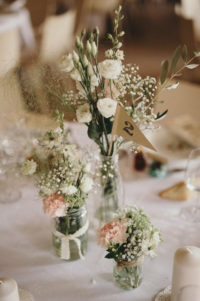 Tischdekoration Mit Kleinen Vasen Blumen Schleierkraut Und Rosa von Tischdeko Hochzeit Vintage Rosa Bild