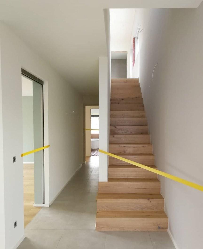 Treppe Mit Einseitiger Wand  Flur  Treppe Sockelleisten Und Betreten von Treppe An Der Wand Photo