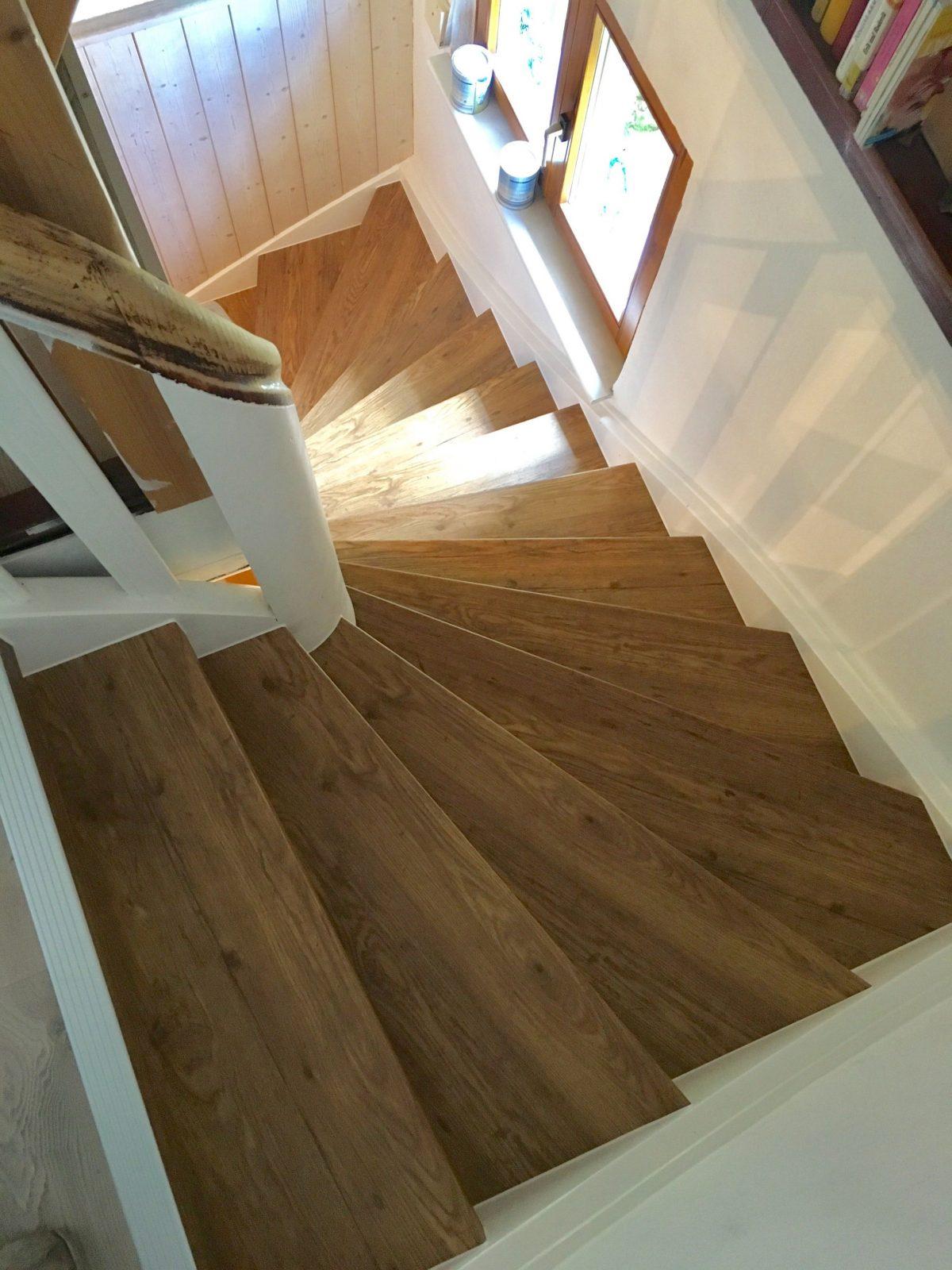 Treppe Neu Verkleiden Mit Vinylstufen  Alte Treppe Neu Gestalten In von Altes Treppenhaus Neu Gestalten Photo