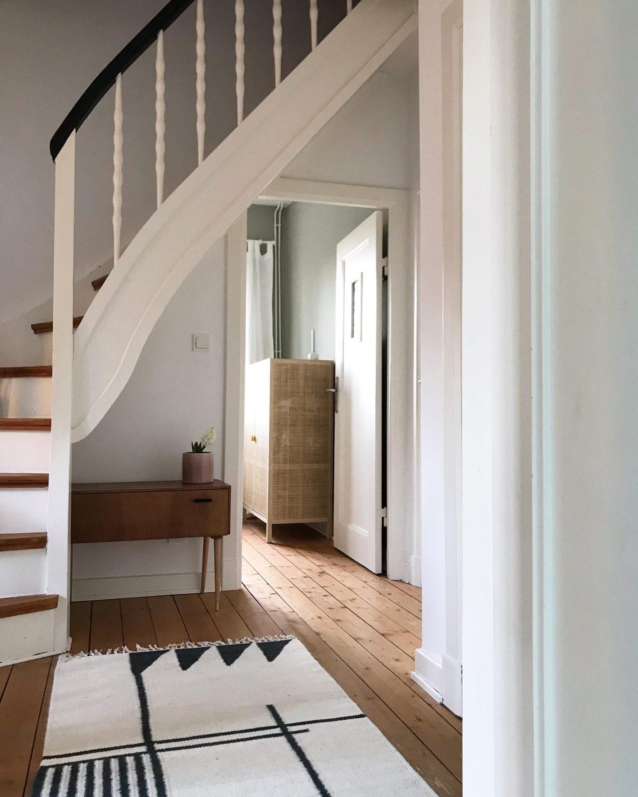 Treppenhaus So Machst Du Den Funktionellen Raum Schön von Farbgestaltung Flur Mit Treppe Bild