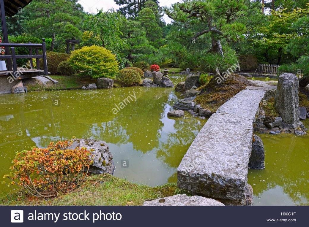 Typischer Gartenlandschaft Garten Mit Steindekorationen Und Koiteich von Japanische Deko Für Garten Bild
