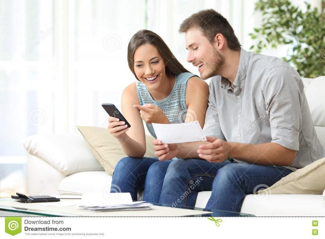 Verbinden Sie Das Handeln Von Buchhaltung Mit Einer Telefonbankapp von Buchhaltung Von Zu Hause Bild