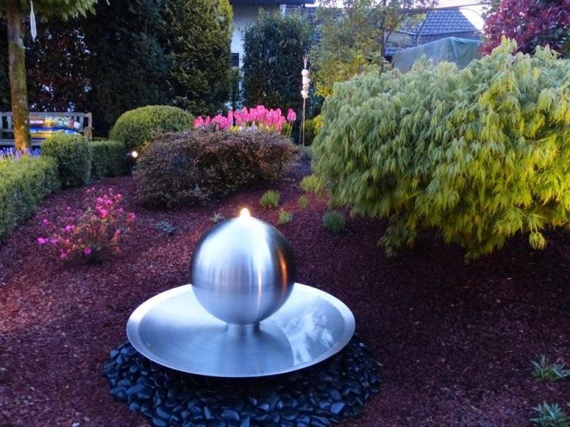 Wasserschale Aus Edelstahl Mit Sprudelkugel Und Beleuchtung Modell von Gartenbrunnen Edelstahl Mit Beleuchtung Bild
