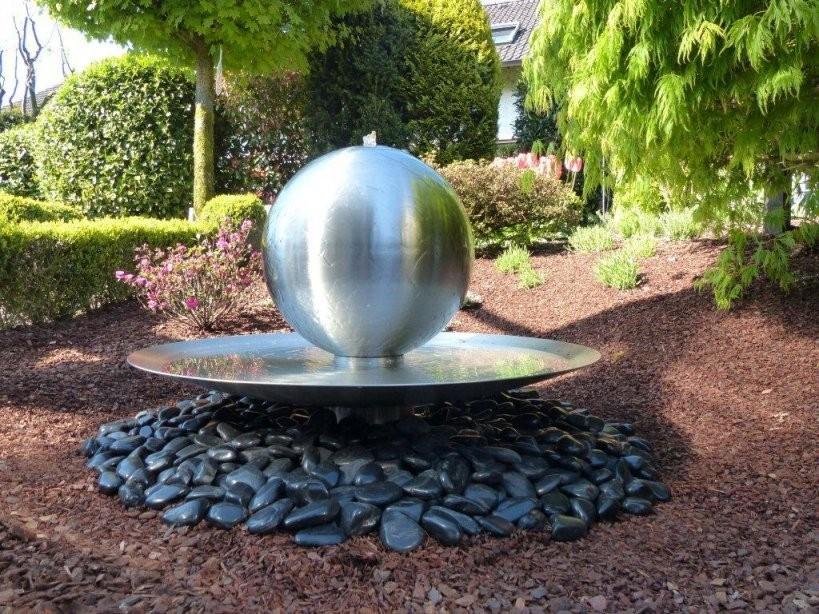 Wasserschale Aus Edelstahl Mit Sprudelkugel Und Beleuchtung Modell von Gartenbrunnen Edelstahl Mit Beleuchtung Photo