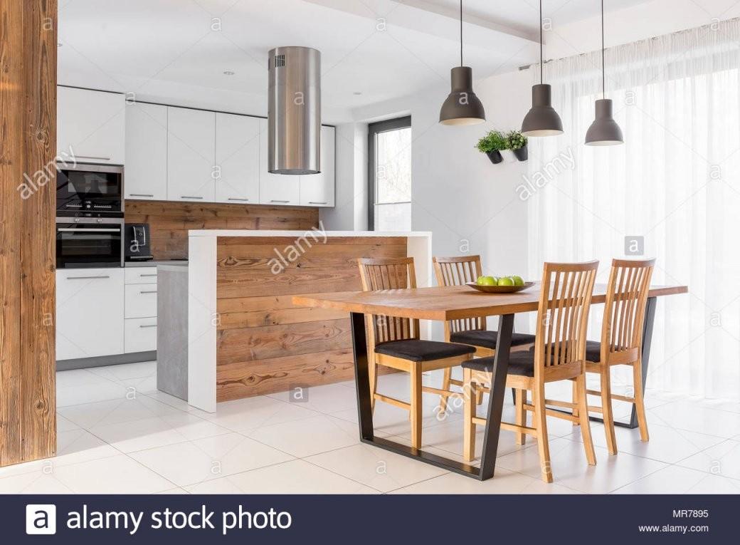 Weiße Küche Mit Insel Tisch Und Stühle Stockfoto Bild 186400961 von Küche Mit Kochinsel Und Tisch Bild