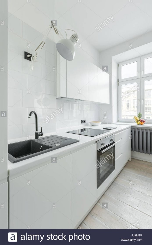 Weiße Küche Mit Spüle Arbeitsplatte Einfache Schränke Und Fenster von Weiße Küche Mit Weißer Arbeitsplatte Photo