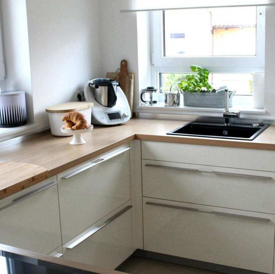 Weiße Küchen Mit Holzarbeitsplatten  Wohnkonfetti von Weiße Küche Mit Weißer Arbeitsplatte Photo