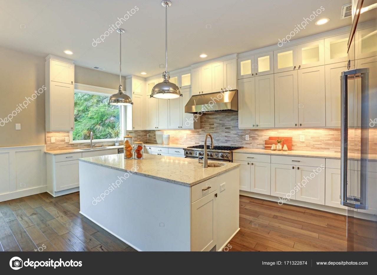 Weiße Luxusküche Mit Großer Kochinsel — Stockfoto © Alabn 171322874 von Luxus Küche Mit Kochinsel Photo