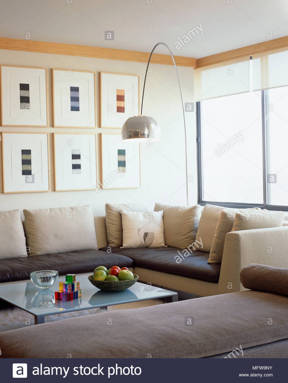 Arco Lampe Über Ein Gepolstertes Sofa Und Couchtisch Aus von Wohnzimmer Lampe Über Couchtisch Photo