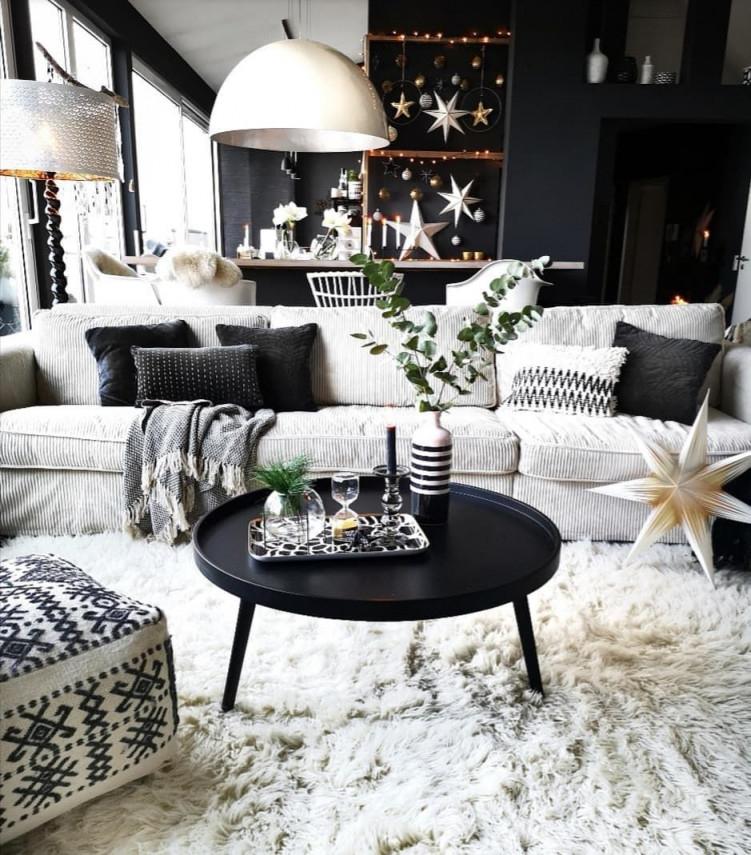Bild Könnte Enthalten 1 Person Sitzt Tisch Wohnzimmer von Weiße Deko Wohnzimmer Bild