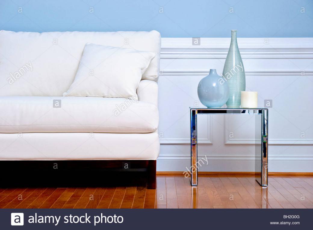 Blick Auf Weiße Couch Und Beistelltisch Mit Vasen In Einem von Bilder Querformat Wohnzimmer Photo
