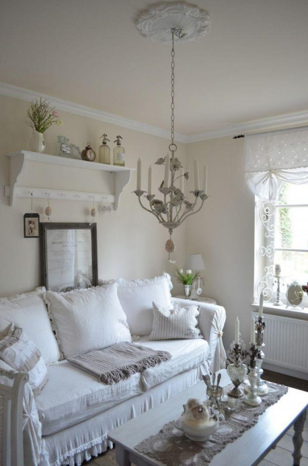 Couch Mit Abnehmbarem Polster In Weiß Mit Rüschen Verziert von Weiße Deko Wohnzimmer Photo