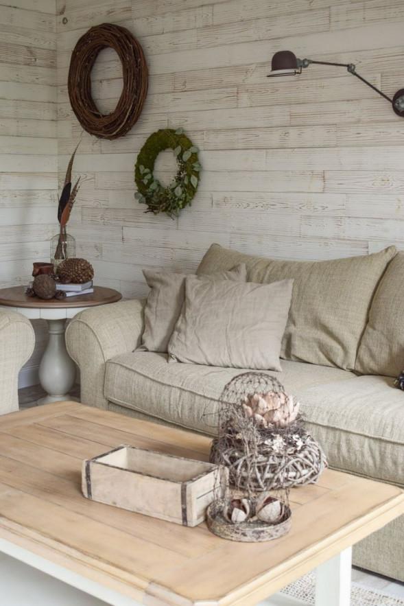 Deko Für Das Wohnzimmer Und Die Wand Mit Kranz Und Wandlampe von Wanddeko Wohnzimmer Bilder Bild