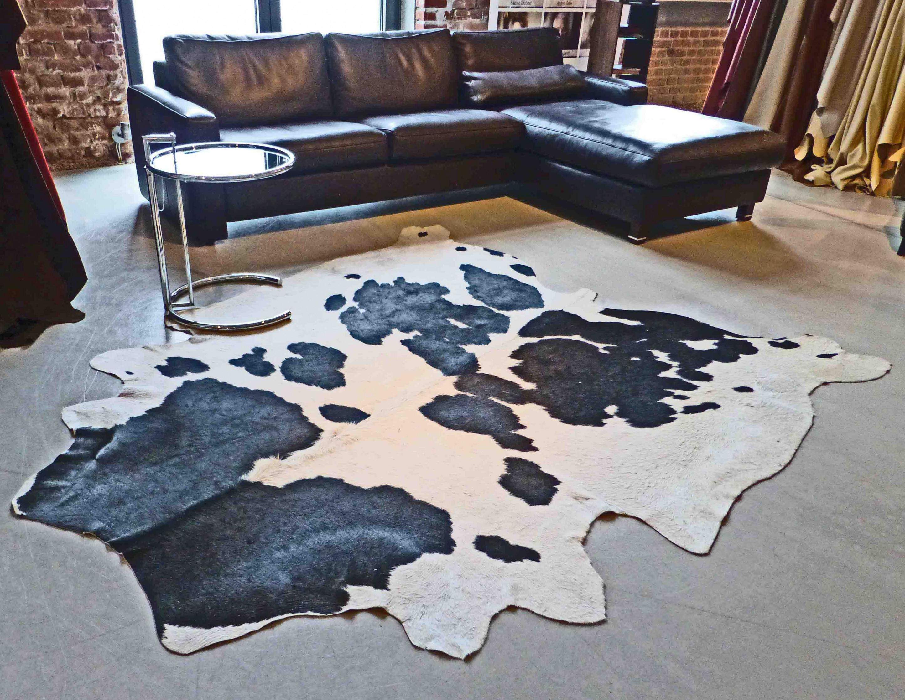 Die Reinigung Und Pflege Von Tierfell  Kuhfell  Ziegenfell von Wohnzimmer Mit Kuhfell Teppich Photo