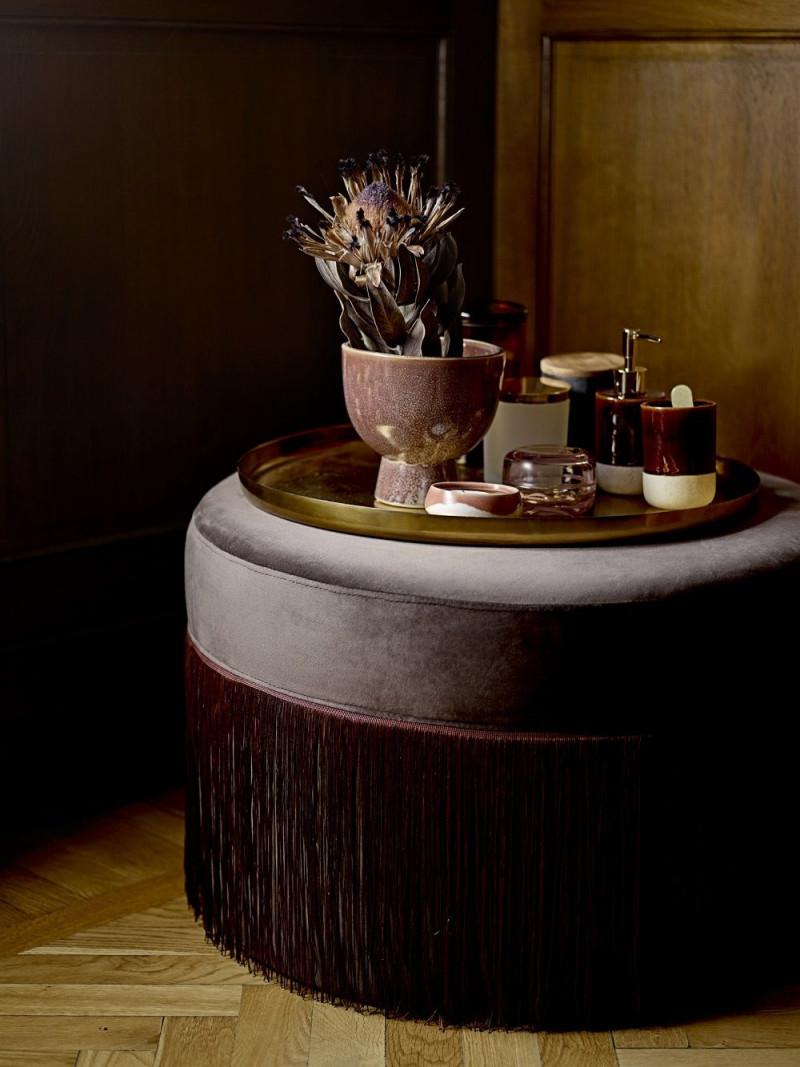 Dieser Elegante Samtpouf In Dunklem Bordeaux Liegt Voll Im von Bordeaux Deko Wohnzimmer Bild