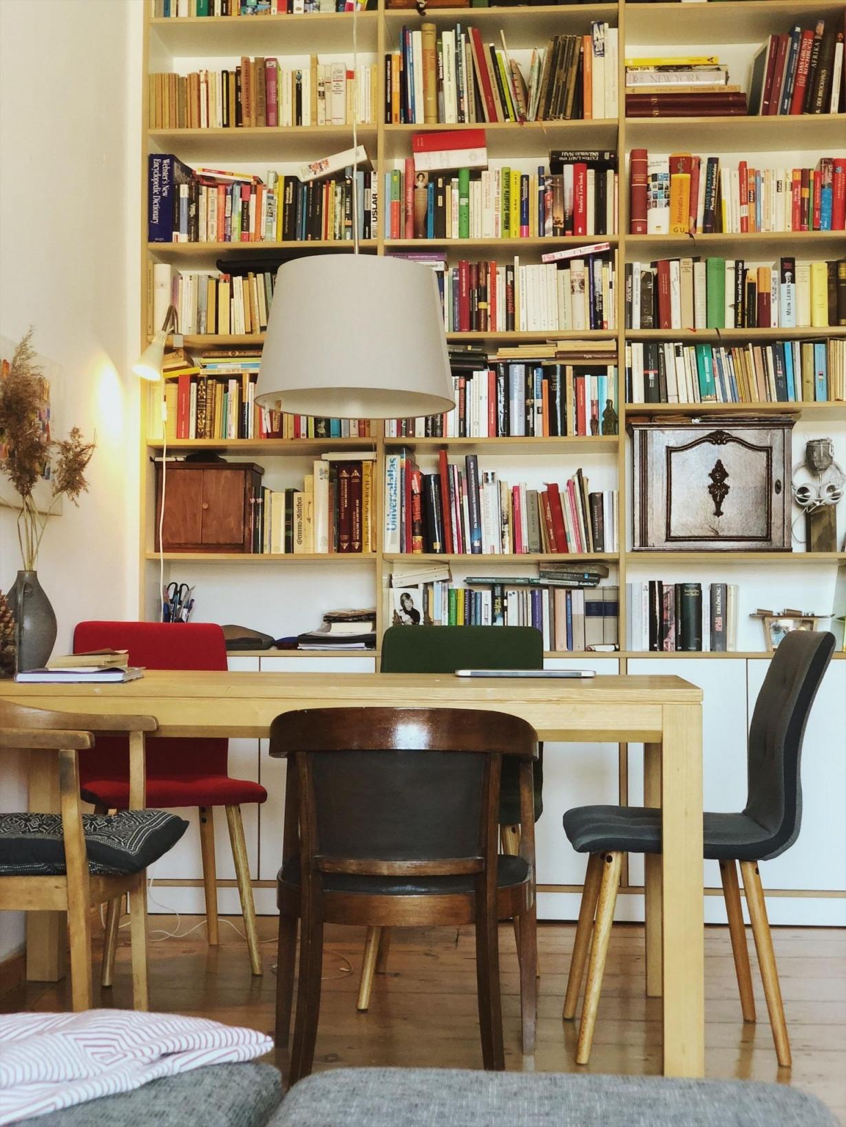 Eine Ganze Wand Wird Von Dem Schönen Bücherregal Von von Bücherregal Wohnzimmer Ideen Bild